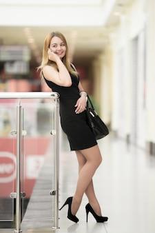 Jovem mulher no telefone no shopping center