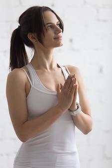 Jovem, mulher, praticar yoga