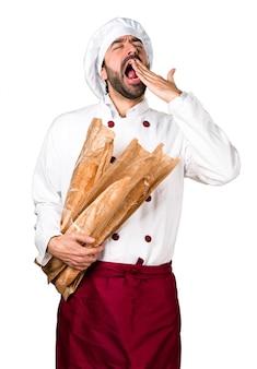 Jovem padeiro segurando um pouco de pão e boceando