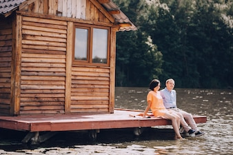 Jovem, par, sentando, lago