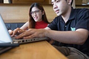 Jovens estudantes universitários que trabalham em um projeto de design, educação e conceito de criatividade