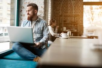 Jovens negócios on-line pessoas adulto