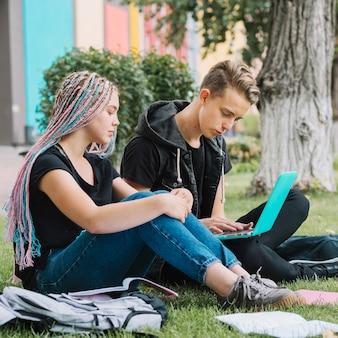 Jovens no parque estudando