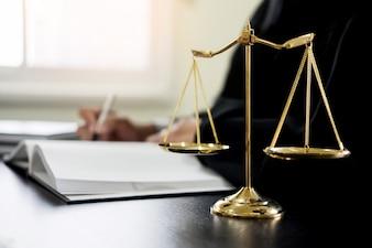 Juiz de advogado lendo documentos na mesa no tribunal