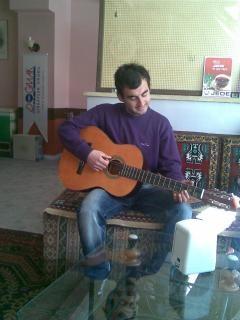 Kerim a tocar guitarra