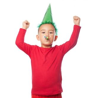 Kid comemorando com um chapéu do partido