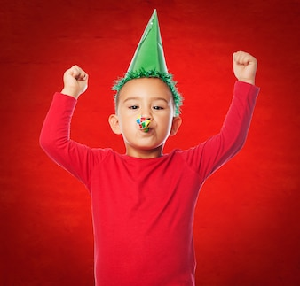 Kid comemorando com um fundo vermelho