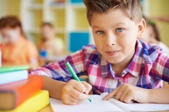 Kid fazendo sua lição de casa