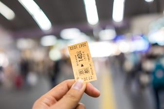 KYOTO, JAPÃO - NOVEMBRO 1: Bilhete railway japonês na mão undefined mão Kyoto do homem, Japão novembro em 1, 2015.