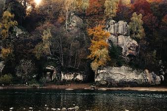 Lago com uma montanha em frente