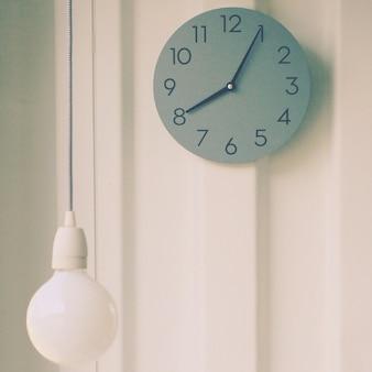 Lâmpada moderna com relógio de parede, efeito filtro retro