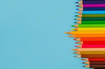 Lápis coloridos no azul