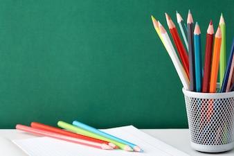 lápis coloridos para pintar no caderno