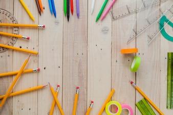 Lápis e materiais em madeira