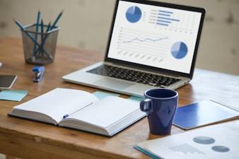 Laptop com gráficos em uma mesa