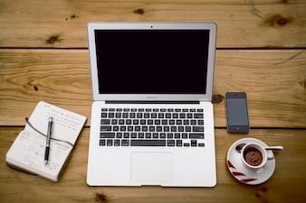 Laptop com uma chávena de café, vista de cima