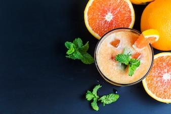 Laranjas suculentas com um suco de laranja
