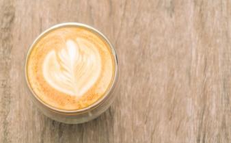 Latte art café na tabela de madeira.