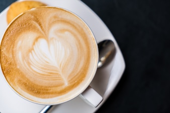 Latte art café na tabela.