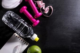 Lay Lay Sport Concept Equipamento de vida saudável no fundo vibrante escuro. Closeup com espaço de cópia.