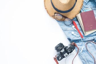 Leilão plano de itens de viajante feminino e passaporte no fundo branco, conceito de viagem e estilo de vida