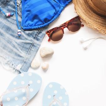 Leite plana de itens de verão, conceito de viagem de verão no fundo branco com espaço de cópia