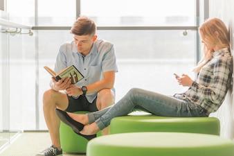 Leitura de jovens e mulheres