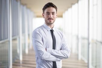 Líder empresarial confiante que cruza os braços no peito