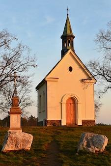 Linda capela pequena. A Capela de Maria Auxiliadora. Europa Central República Tcheca. Região da Morava do Sul. A cidade de Brno.