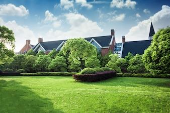 Linda casa moderna em cimento, vista do jardim.