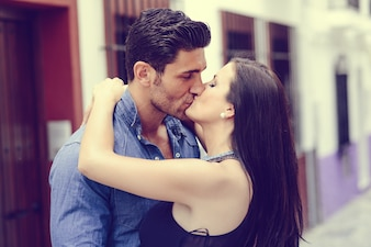 Lindo casal se beijando na rua