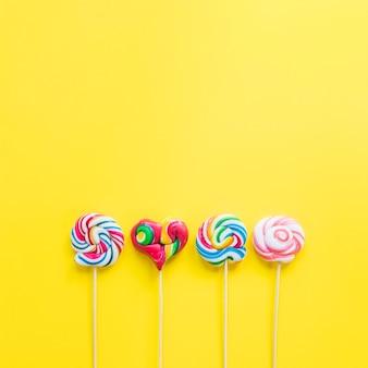 Linha de pirulitos coloridos