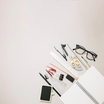 Livro de esboços aberto e material de escritório