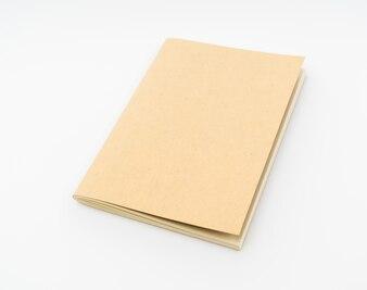 Livro de papel reciclado no fundo branco.
