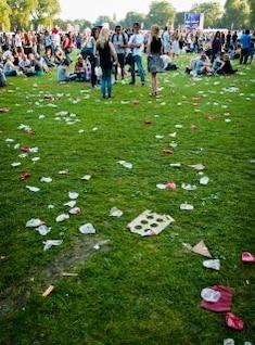 lixo espalhados na grama
