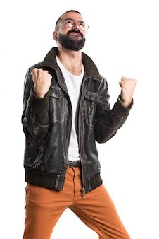 Lucky homem vestindo uma jaqueta de couro