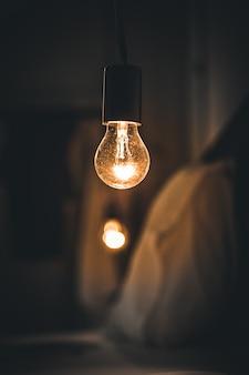 Luz retro vintage na sala da cama escura