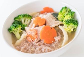 Macarrão de estilo tailandês frito em molho de molho com carne de porco marinada e brócolis chineses