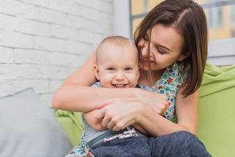 Mãe e filho rindo enquanto joga