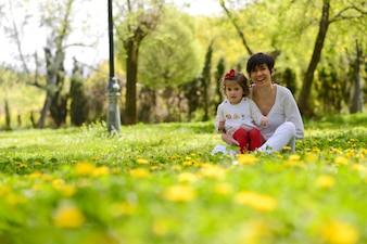 Mãe se divertindo com a filha na natureza
