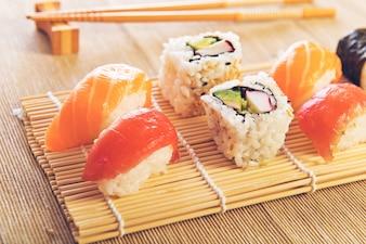 Maki Sushi ajustado em fundo de madeira