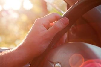 Man mão dirigindo um carro