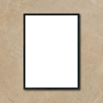 Manuseie o quadro de imagem do poster em branco pendurado na parede de mármore marrom no quarto - pode ser usado maquete para exibição de produtos de montagem e layout visual de design.
