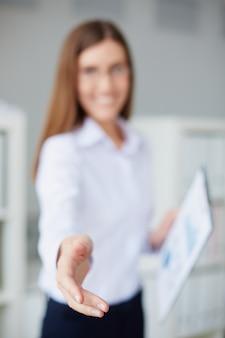 Mão close-up da secretária no escritório