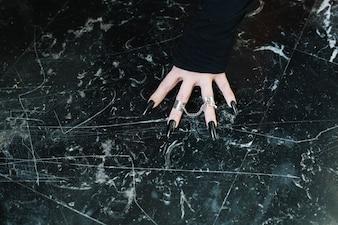 Mão com anéis de prata