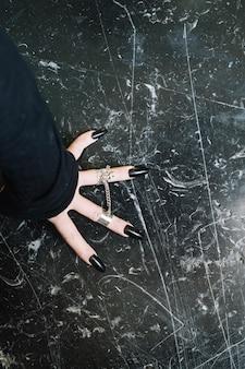 Mão com unhas compridas