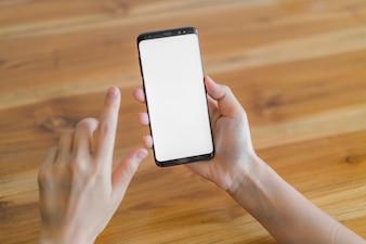 Mão de negócios com o telefone móvel.