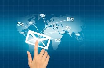 Mão pressionando um envelope que é enviado para o mundo