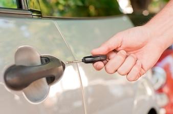 Mão segurando uma chave de carro