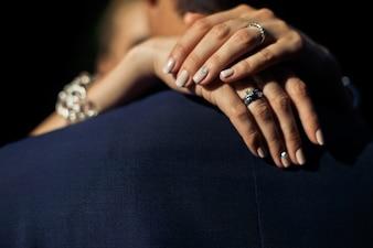 Mãos de mulher nas costas do homem